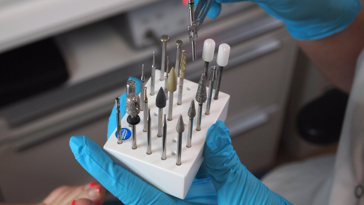Instruments for a cosmetic pedicure